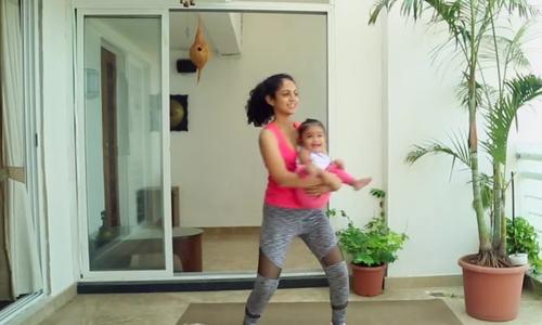 Hướng dẫn mẹ tập cùng bé để cơ thể săn chắc