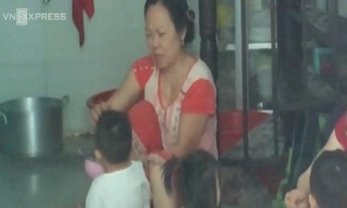 """许多孩子在西贡幼儿园吃饭时遭受""""折磨"""""""