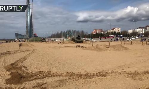 来到俄罗斯的游客在T-60坦克下逃脱死亡