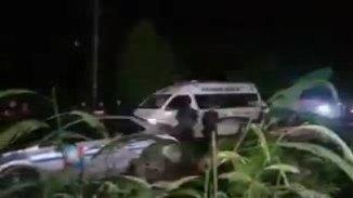 救护车离开Tham Luang洞穴区域