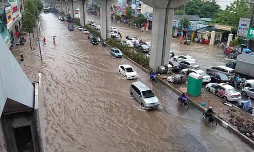 大雨过后,河内的许多道路都被洪水淹没