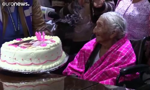 Boilivia夫人118岁跳舞,唱着生日快乐的歌曲