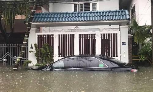 岘港有很多街道在大雨中