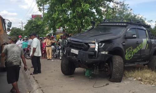 在人行道上卖瓜,这个年轻人被一辆50米的汽车拖着