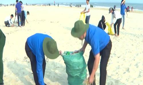 Thua Thien Hue省的主席在海滩上和人们一起捡垃圾
