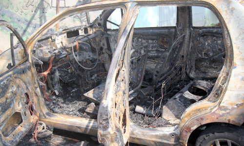 汽车燃烧惰性框架,同时固定在头顿的商店