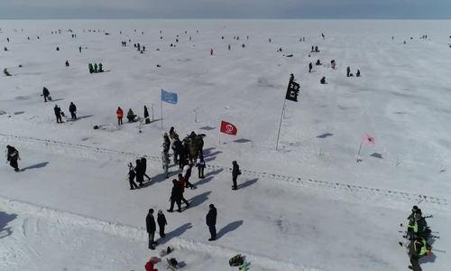近1500人前往俄罗斯世界最深的湖泊进行冰钓