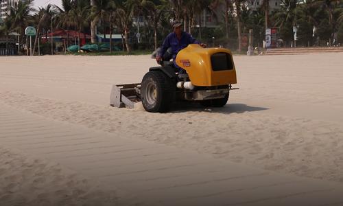 岘港用垃圾筛选机清理海滩