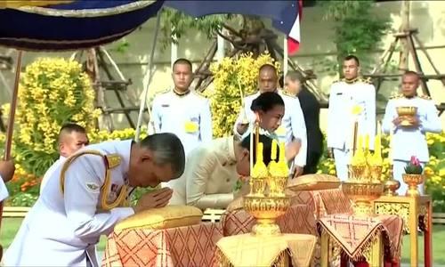 泰国君主在加冕前纪念祖先