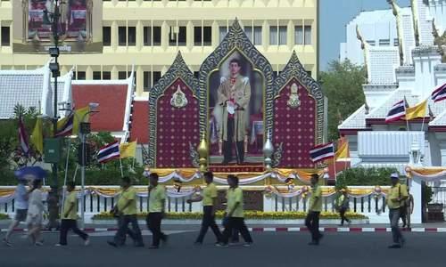 在国王的加冕时间之前,泰国人在街上排队