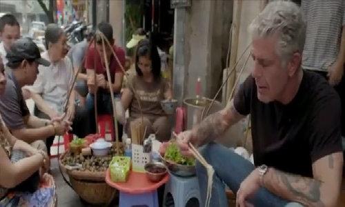 Đầu bếp Mỹ ăn bún ốc vỉa hè ở Hà Nội