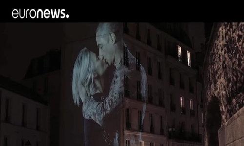 Những nụ hôn lan tỏa tình yêu giữa lòng Paris