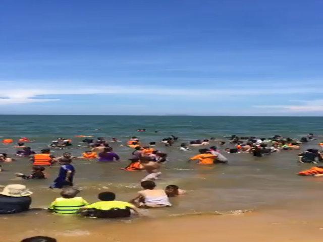12 giờ trưa hàng nghìn người tắm biển giải xui ở Quy Nhơn