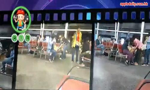 Chờ khởi hành, du khách Trung Quốc nấu mì ăn giữa sân bay