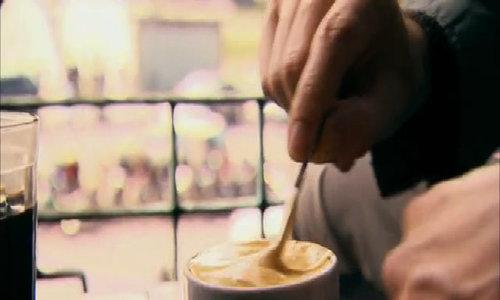 Du khách thưởng thức cà phê trứng Hà Nội