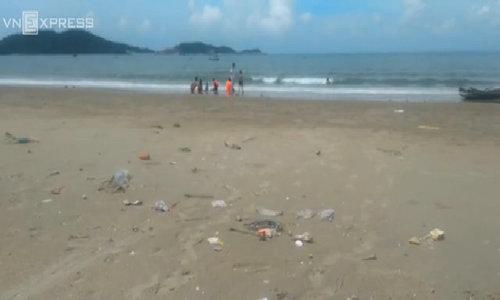 Quảng Ninh làm sạch bãi biển ngập rác ở Cô Tô