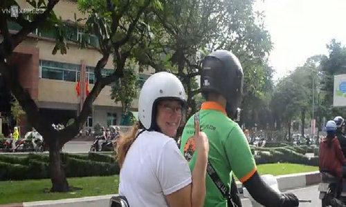 Khách Tây cảm thấy an toàn khi ngồi Vespa cổ khám phá Sài Gòn