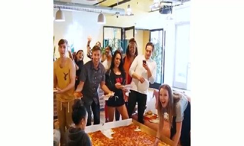 Pizza to như tấm thảm thách thức cả người phàm ăn nhất