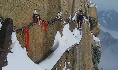 Nghề dọn tuyết trên con đường sảy chân là ngã xuống vực thẳm/chỉ nhìn cũng thấy chóng mặt