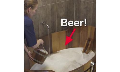 Bên trong spa có bia chảy ra từ vòi tắm