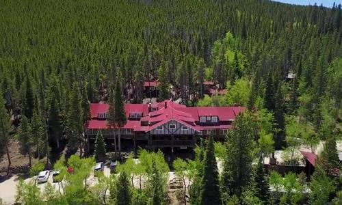 Nhà nghỉ có hơn 30.000 chiếc chìa khóa treo trên trần