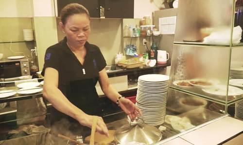 Bánh ướt thịt nướng ở Sài Gòn: muốn ăn phải biết cuốn