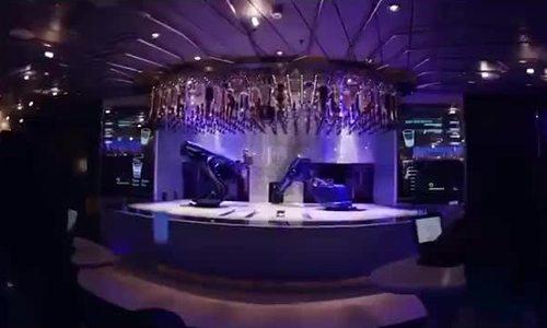 Robot pha cocktail điêu luyện trên du thuyền hạng sang