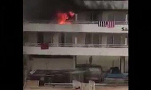 Đốt chân trêu bạn, du khách châm lửa cháy cả khách sạn