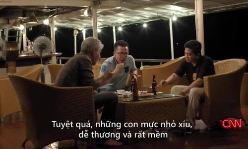 Anthony Bourdain thưởng thức mực tươi sống ở Hạ Long