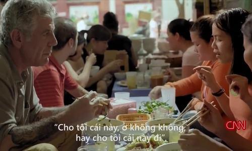Đầu bếp Mỹ ăn bún 'mắng' Hà Nội