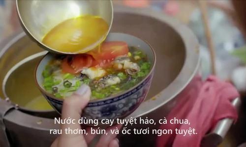 Đầu bếp Mỹ Anthony Bourdain ăn bún ốc Hà Nội
