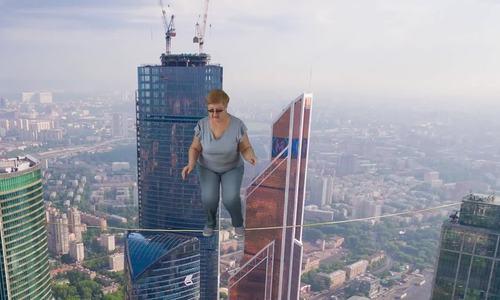 Cụ bà Nga gây bão Youtube vì du lịch khắp nơi nhờ thủ thuật - ảnh 1