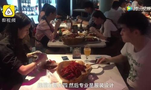 Nhà hàng Trung Quốc tuyển gái trẻ bóc tôm cho khách