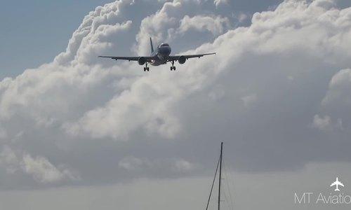 Máy bay hạ cánh ngay trên đầu du khách