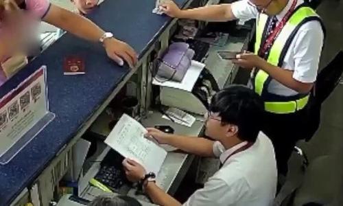 Khách Trung Quốc cầm iphone 6 tát vào mặt nhân viên sân bay