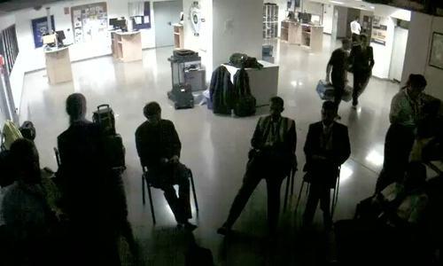 Tiếp viên hàng không bị sa thải vì 'dàn cảnh' ngủ vạ vật dưới sàn