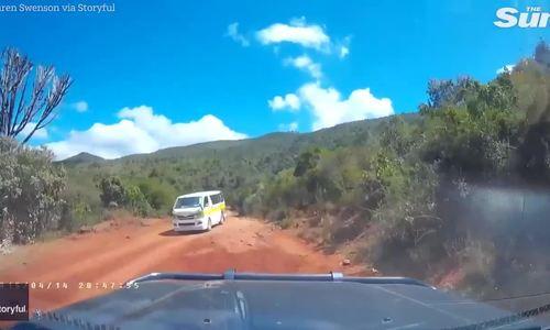 Du khách đăng video cảnh bị cướp ở Kenya cầm rựa đuổi chém