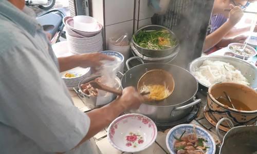 Tiệm ăn người Hoa ba đời bán hai loại sợi hủ tiếu ở Sài Gòn