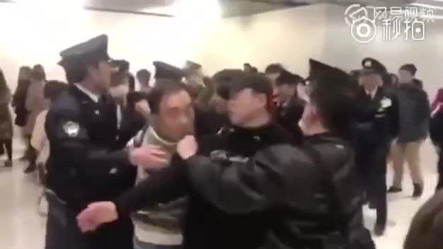 Khách Trung Quốc đánh nhau với cảnh sát Nhật Bản