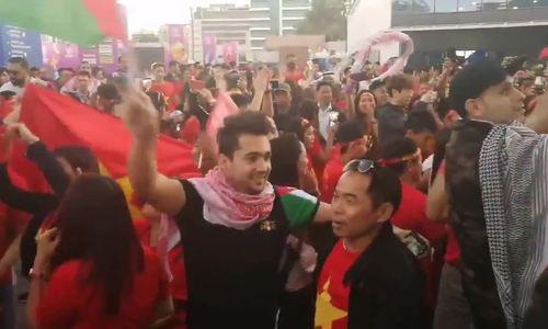CĐV Jordan hò hét ăn mừng cùng CĐV Việt Nam