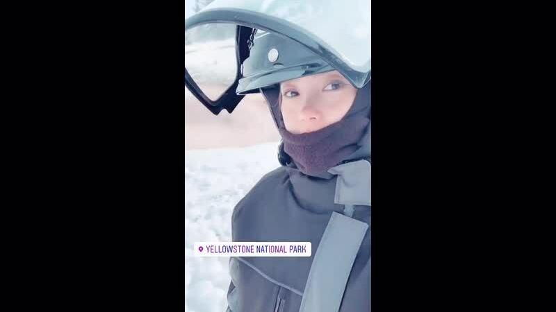 Minh Hằng trượt tuyết ở công viên Mỹ