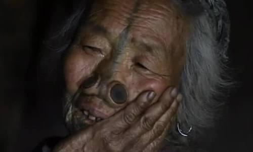 Tục xăm mặt làm đẹp bị mai một của phụ nữ Ấn Độ