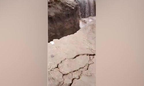 Nhảy lên chụp ảnh, khách Trung Quốc ngã xuống sông - ảnh 1