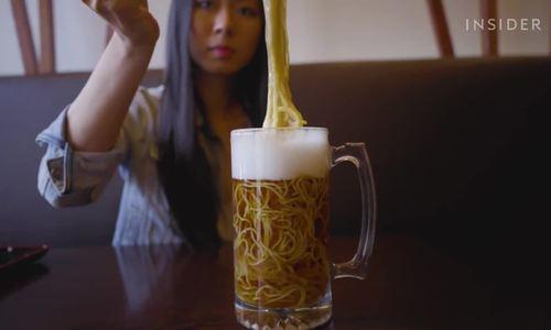 Món bia ramen đọc đáo ở Canada/ Ăn mì ramen trong cốc bia chỉ có ở Canada