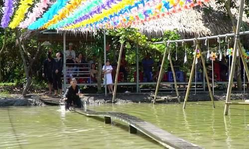 Du khách bị ngã khi đạp xe qua cầu khỉ ở Cần Thơ