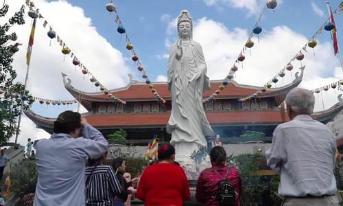 Hai ngôi chùa đông khách dịp Vu Lan ở Sài Gòn - ảnh 1
