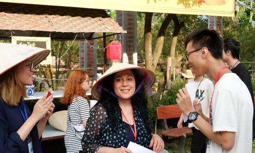 Du khách nước ngoài trải nghiệm trung thu Việt Nam