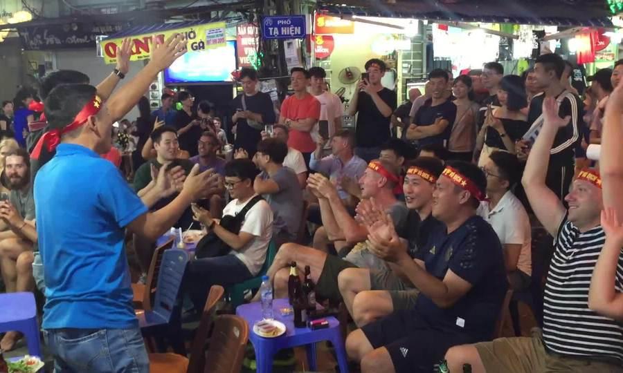 Khách nước ngoài hát mừng tuyển Việt Nam