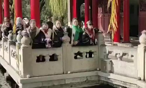 Khách Trung Quốc phun nước xuống suối để chụp ảnh - ảnh 1