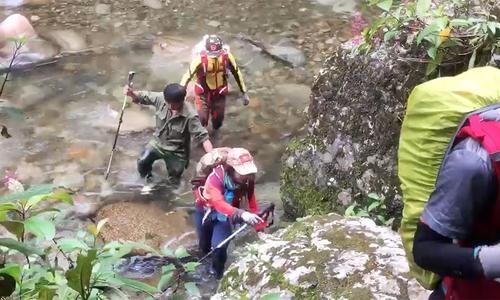 Nghề gùi đồ cho khách leo núi ở Tây Bắc